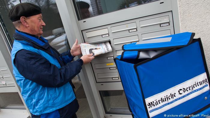 Aposentado alemão trabalha entregando jornais