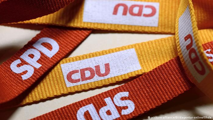 CDU and SPD logos printed on yellow and red cloth straps (picture-alliance/Bildagentur-online/Ohde)