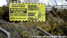 A sign against a hard brexit on the border between Northern Ireland and Ireland (picture-alliance/dpa/M. Smiejek)