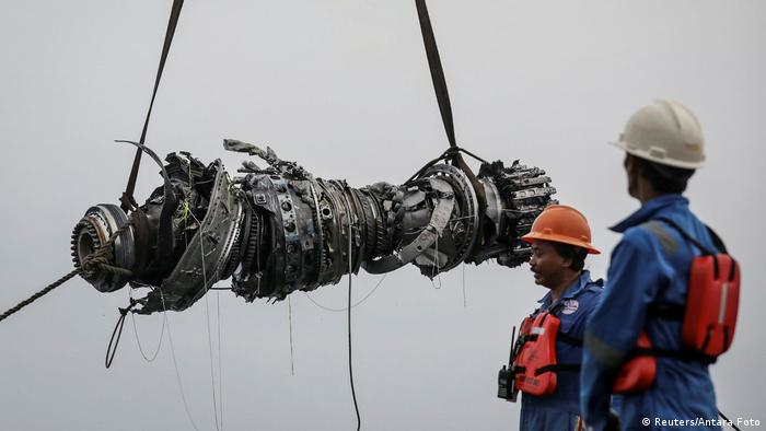 Rescue team members stand observe as a turbine engine of Lion Air flight JT610 is lifted up (Reuters/Antara Foto)