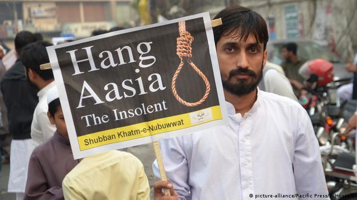 Mann mit Plakat Hang Asia (Foto: picture-alliance)