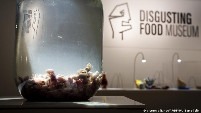 Mouse wine at the Disgusting Food Museum in Malmo, Sweden (picture-alliance/AP/DFM/A. Barte Telin)