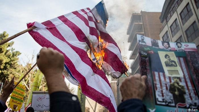 Горящий флаг США на демонстрации в Иране 4 ноября 2018 года