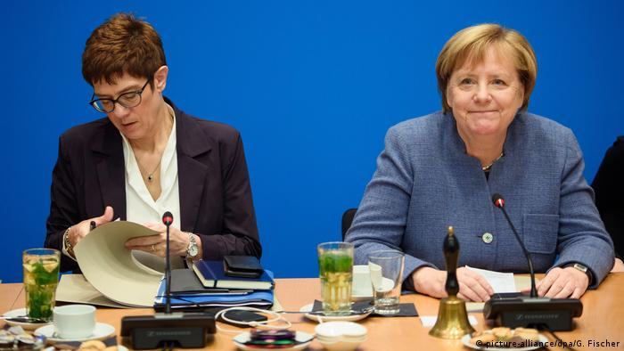 Annegret Kramp-Karrenbauer and German Chancellor Angela Merkel (picture-alliance/dpa/G. Fischer)