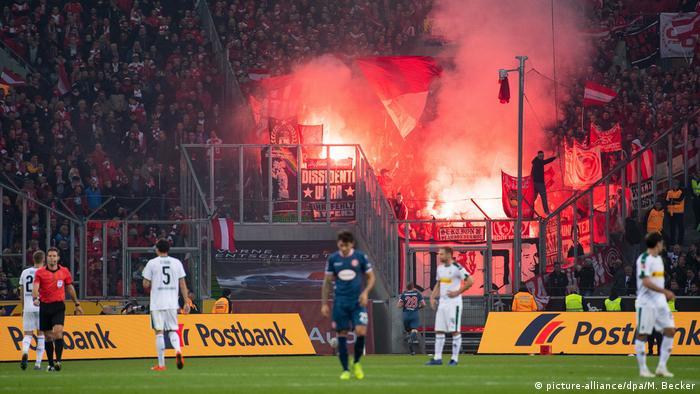 Ultras do Fortuna Düsseldorf provocam os cartolas com sinalizadores, no estádio do Borussia Mönchengladbach