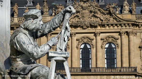 Изображение скульптора Тильмана Рименшнайдера на фонтане Франконии. На заднем плане - балкон над главным входом в резиденцию