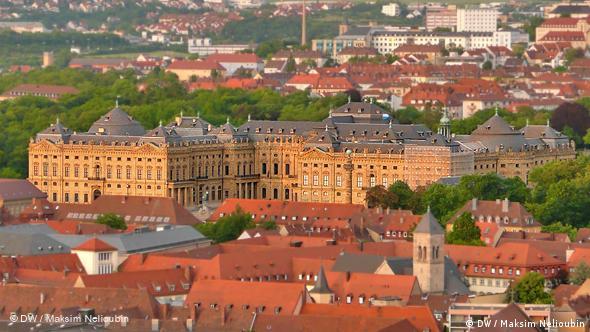 Вид на дворец-резиденцию из крепости Мариенберг вечером во время заката солнца