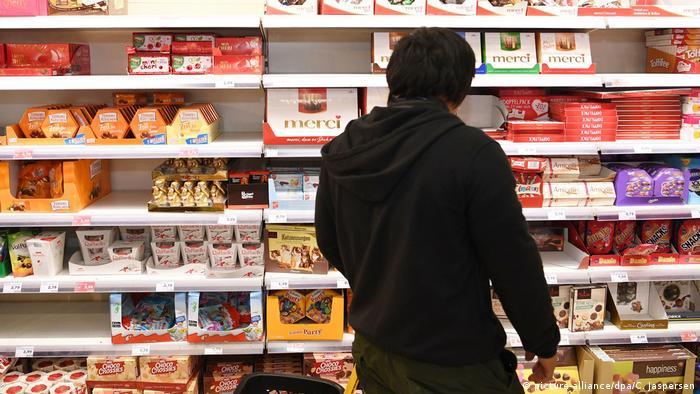 Supermarktregal mit Schokoladenauswahl