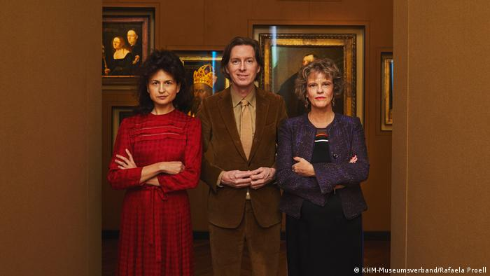 Wes Anderson and Juman Malouf with Sabine Haag in front of a hall of portraits in Vienna (KHM-Museumsverband/Rafaela Proell)