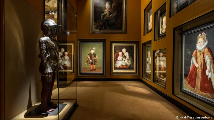 A gallery with portraiture and a suit of armor (KHM-Museumsverband)