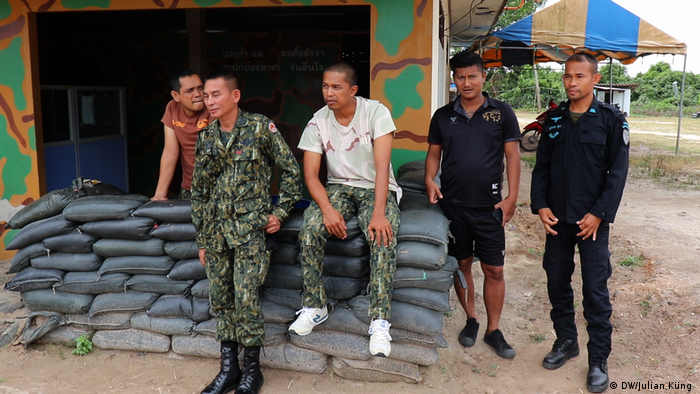 Soldiers at a outpost between Pattani and Yala (DW/Julian Küng )