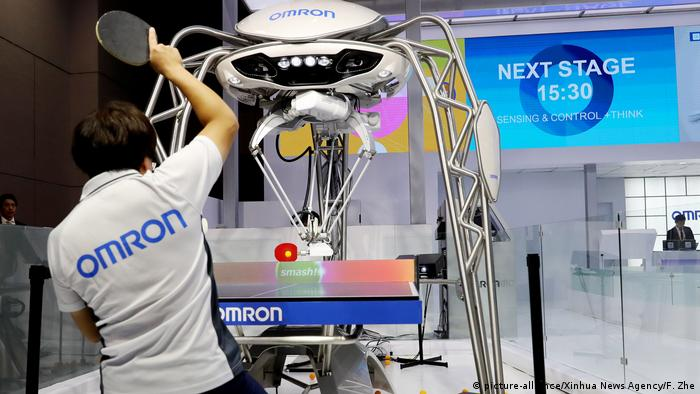 China Omron Roboter in Shanghai | Tischtennis (picture-alliance/Xinhua News Agency/F. Zhe)