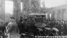 Deutschland Novemberrevolution 1918 Soldaten mit Roter Fahne