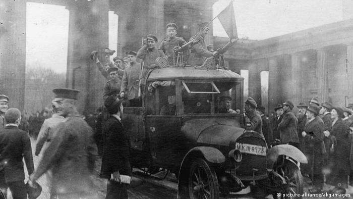 С красным флагом у Бранденбургских ворот. Ноябрь 1918 года