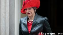 Theresa May in Lederjacke