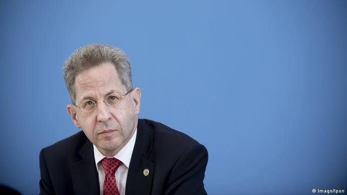 Hans-Georg Maassen sits in front of a blue wall (Imago/Ipon)