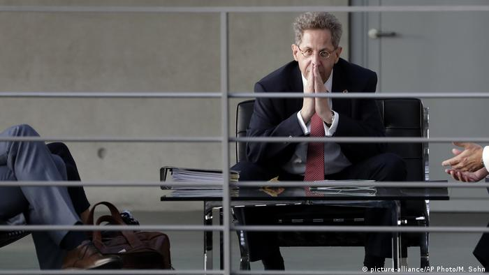 Hans-Georg Maassen waiting for a hearing, hands held as in prayer. (picture-alliance/AP Photo/M. Sohn)