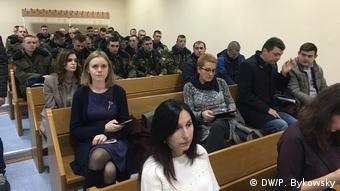Люди в зале суда на процессе по делу о гибели рядового Коржича