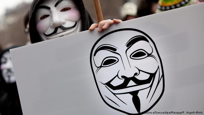 Anonymous-Aktivisten (picture-alliance/dpa/Maxppp/P. Huynh-Minh)