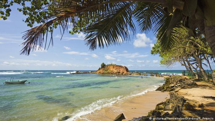 در ژانویه ۲۰۲۱ بعد از بسته شدن مرز سریلانکا اعلام شد که گردشگران بینالمللی میتوانند بار دیگر از ۲۱ ژانویه به شرط رعایت شیوهنامههای بهداشتی به سریلانکا سفر کنند. آنها باید تست منفی کرونا ارائه دهند و ۱۴ روز در هتلی مخصوص قرنطینه شوند.