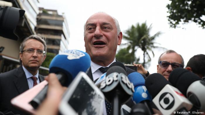 O embaixador italiano no Brasil, Antonio Bernardini, fala à imprensa após visita a Bolsonaro em sua casa no Rio