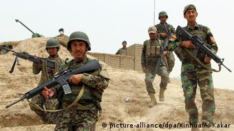 Aghan soldiers stand near a security point while holding their weapons (picture-alliance/dpa/Xinhua/A. Kakar)