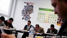 Imame nehmen am Dienstag (09.02.2010) in Köln an einem Sprachkurs- und Integrationskurs teil. Die Türkisch-Islamische Union (Ditib), das Bundesamt für Migration und Flüchtlinge und das Goethe-Institut starteten dieses Jahr den Fortbildungskurs Imame für Integration zunächst in Nürnberg und Köln. Foto: Oliver Berg dpa/lnw | Verwendung weltweit