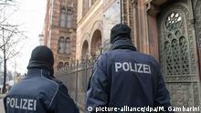 Polizei bewacht am 16.02.2015 in Berlin die Synagoge in der Oranienburger Straße. Bundeskanzlerin Merkelhat angesichts wachsender Sorgen vor Terroranschlägen den jüdischen Bürger Deutschlands versichert, dass sie gut beschützt werden. Foto: Maurizio Gambarini/dpa +++(c) dpa - Bildfunk+++ |