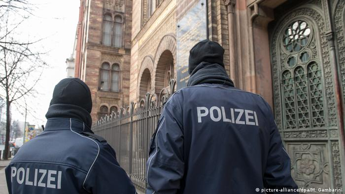 Police outside a synagogue in Berlin (picture-alliance/dpa/M. Gambarini)