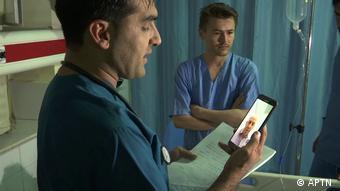Врач с помощью смартфона консультируется с другим врачом