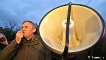 Николай Статкевич на митинге с мегафоном