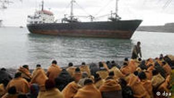 Rund 200 Flüchtlinge sitzen am Strand von Kato Zacro auf der griechischen Insel Kreta am 06.12.2007 (Foto: picture-alliance/dpa)