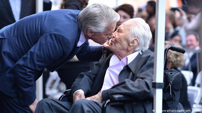 Michael Douglas with his father Kirk (picture-alliance/abaca/H. Lionel)