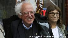 06.11.2018, USA, Saint Albans: Bernie Sanders (l), Senator von Vermont, steht mit Christine Hallquist, demokratische Gouverneurskandidatin von Vermont, vor dem Rathaus. Bei den Zwischenwahlen, den sogenannten Midterms, werden alle 435 Sitze im Repräsentantenhaus und 35 der 100 Sitze im Senat vergeben. Foto: Charles Krupa/AP/dpa +++ dpa-Bildfunk +++  