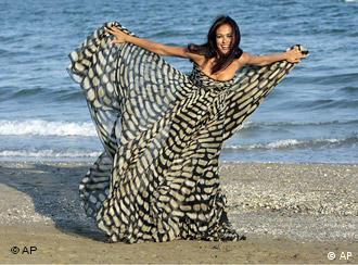 ماریا گرازیا کاسینوتا،هنرپیشه ایتالیایی و نمایندهی جشنوارهی فیلم ونیز، حین برگزاری جشنواره در برابر دوربین عکاسان در ساحل لیدوی ونیز