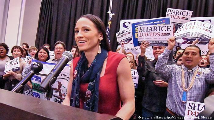 ShLa demócrata Sharice Davids es otra indígena que logró un escaño en la Cámara de Representantes.