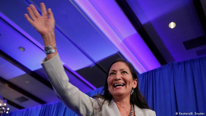 La demócrata Deb Haaland es una de las primeras indígenas estadounidenses en llegar a la Cámara de Representantes.