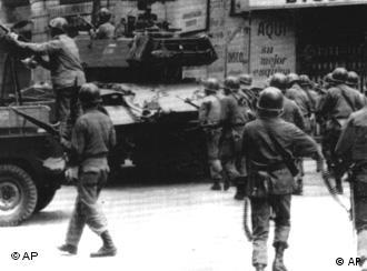 Panzer und Soldaten am 13 September 1973 in Santiago (Foto: AP)