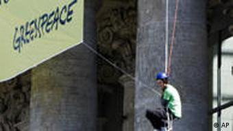 Greenpeace Transparent gegen Atomkraft über dem Haupteingang des REichstgsgebäudes(Foto: AP)