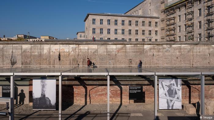 O memorial foi construído no terreno que, entre 1933 e 1945, abrigou a sede da Gestapo, considerada a central do horror nazista