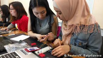 Участницы проекта по повышению компьютерной грамотности в Киргизии
