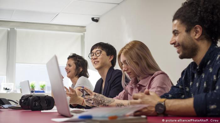 Studenten am Laptop (picture-alliance/PhotoAlto/F. Cirou)