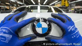 Symbolbild: BMW-Emblem auf den Kofferraumdeckel eines Fahrzeugs