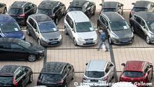 31.10.2018, Baden-Württemberg, Stuttgart: Ein Mann geht in einem Autohaus an Gebrauchtwagen vorbei. Foto: Sebastian Gollnow/dpa   Verwendung weltweit