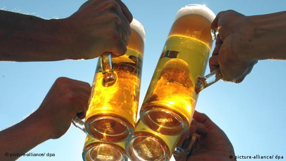 Чокаемся кружками с пивом