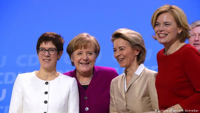 La CDU fue alguna vez un partido de hombres. Casi no había mujeres en posiciones importantes. Pero esa época terminó. Después de la era de Merkel, el partido cuenta con una canciller, una secretaria general del partido (y posible sucesora), Annegret Kramp-Karrenbauer (izq.), una ministra de defensa, Ursula von der Leyen, y una ministra de agricultura, Julia Klöckner.