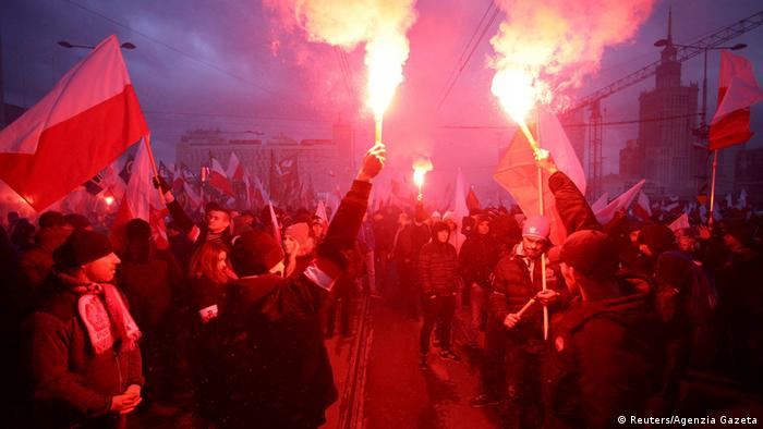 Protesters light flares and carry Polish flags during a rally, organised by far-right, nationalist groups, to mark 99th anniversary of Polish independence in Warsaw, Poland November 11, 2017 (Reuters/Agenzia Gazeta)