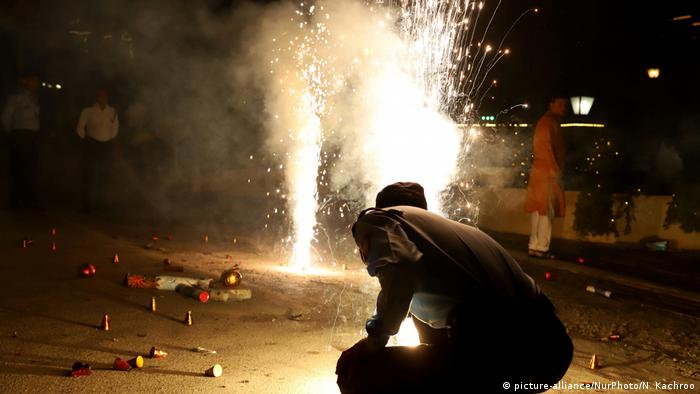 Indians light firecrackers during diwali celebrations (picture-alliance/NurPhoto/N. Kachroo)