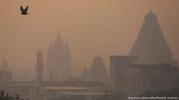 Temples and buildings are shrouded in smog (picture-alliance/NurPhoto/N. Kachroo)