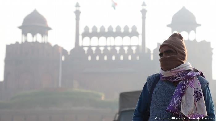 A man wearing a full face mask stands infront of the Red Fort amid heavy fog in Delhi on 6 November 2018 (picture-alliance/NurPhoto/N. Kachroo)